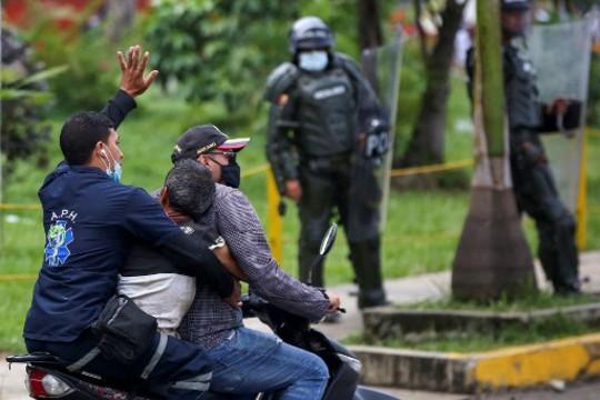 Colombia: a tres semanas del inicio de las protestas sociales, no merma la violencia institucional contra manifestantes y trabajadorxs de prensa